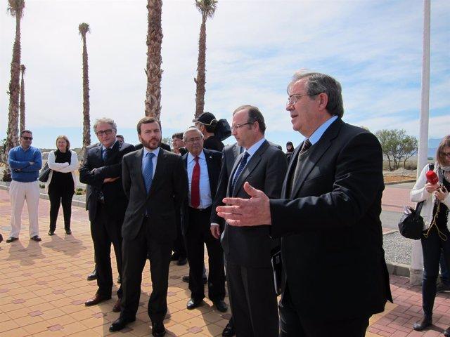 De frente, el director general de Costas, Pablo Saavedra