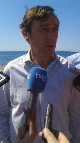 Hernando atiende a los medios de comunicación en Almería