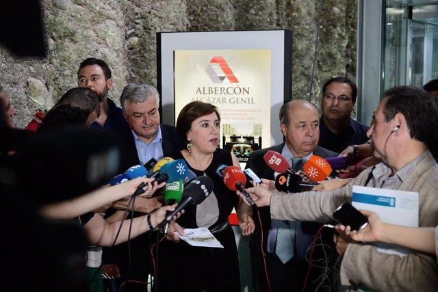 El alcalde junto a la delegada del Gobierno atendiendo a los medios.