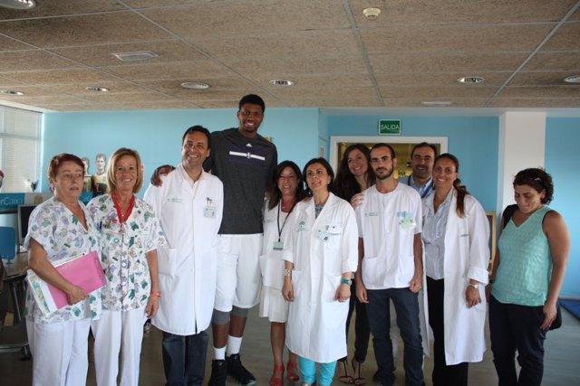 El jugador de la NBA Rudy Gay visita el Hospital Materno Infantil