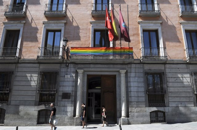 Bandera del orgullo gay en la junta de distrito