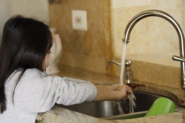 Lavar manos, niña