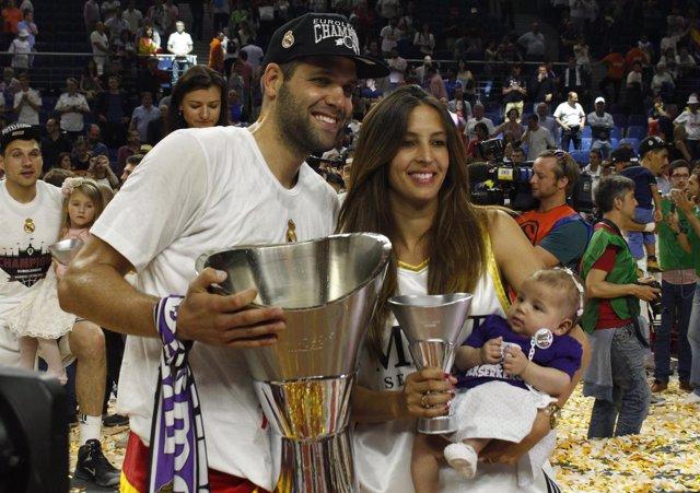 Felipe Reyes posando con su mujer tras ganar la Euroliga