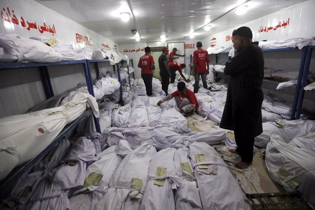 Un depósito de cadáveres desbordado en la ciudad paquistaní de Karachi
