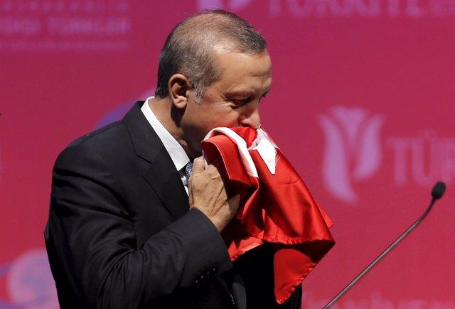 El presidente de Turquía, Recep Tayyip Erdogan, besa una bandera turca