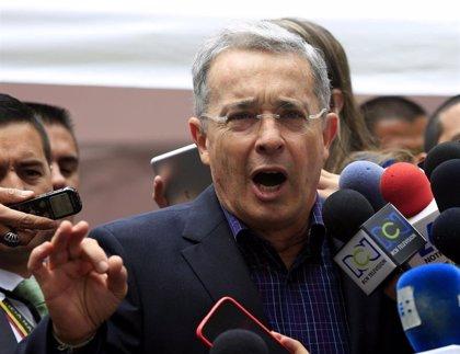 """Uribe denuncia un plan """"pistola"""" de las FARC para asesinar a oficiales del Ejército"""