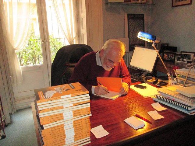 Juan Pedro Aparicio firma un ejemplar de 'London Calling'
