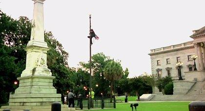 Arrestada una mujer por retirar la bandera confederada de la sede de gobierno de Carolina del Sur