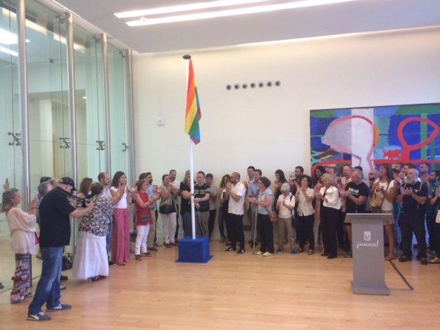 Izado de la bandera LGTB dentro del Ayuntamiento de Madrid