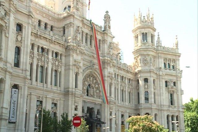 El Ayuntamiento de Madrid despliega la bandera del arcoíris
