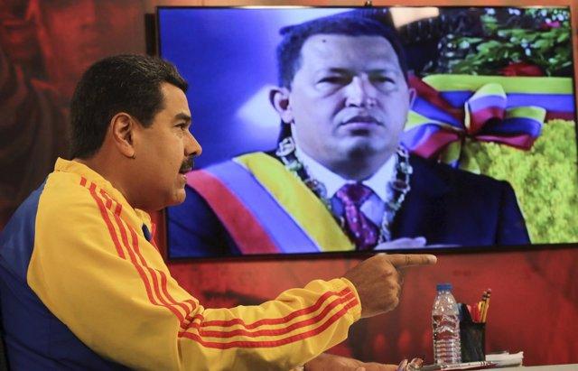 El presidente de Venezuela, Nicolás Maduro, comparece junto a imagen de Chávez
