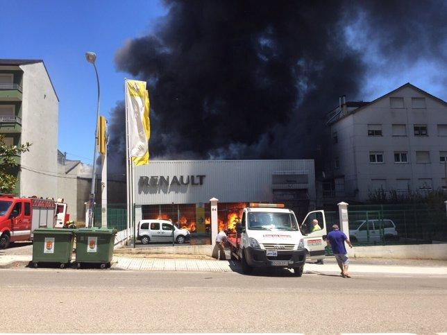 Imagen del incendio en el concesionario de Becerrerá
