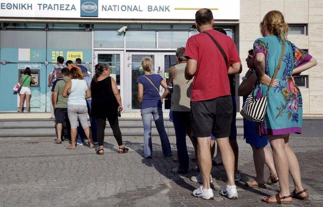 Cola en un cajero de un banco griego