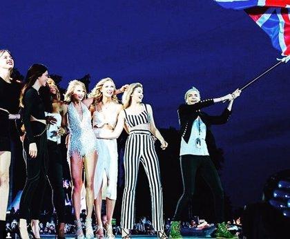 Taylor Swift se reúne con sus amigas cantando en Londres
