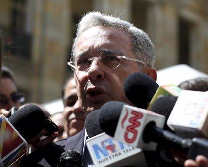 """Uribe denuncia la """"humillación"""" de los militares por un Gobierno colombiano"""