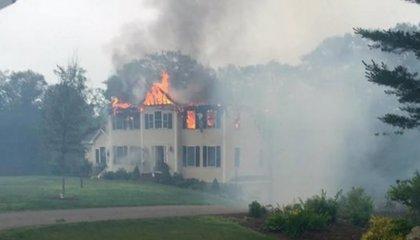 Un avión se estrella contra una casa habitada en Massachusetts