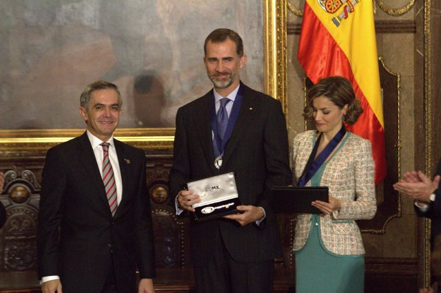 Felipe y Letizia recibiendo la llave de la ciudad de México