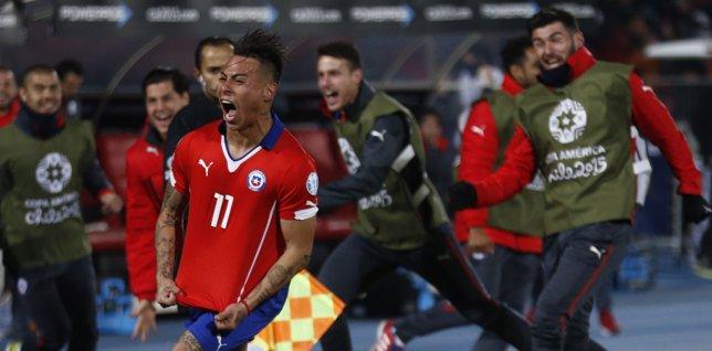 Eduardo Vargas celebra el 2-1