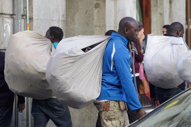 Manteros, top manta, inmigrantes en la calle