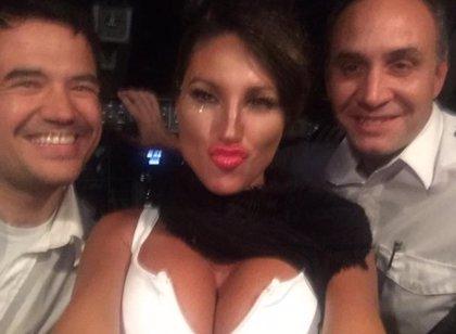 La 'vedette' argentina que manejó los controles de un avión ahora denunciará a los pilotos