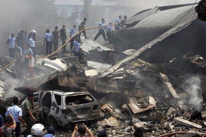 55 muertos al estrellarse un avión Hércules contra un hotel en Indonesia