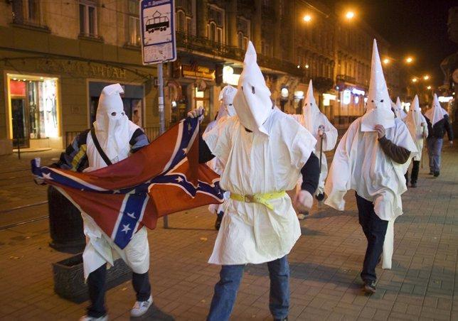 Los partidarios vestidos como miembros del Ku Klux Klan