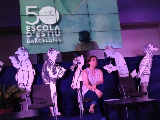 La alcaldesa de Barcelona, A.Colau, en la inauguración de la escuela Rosa Sensat