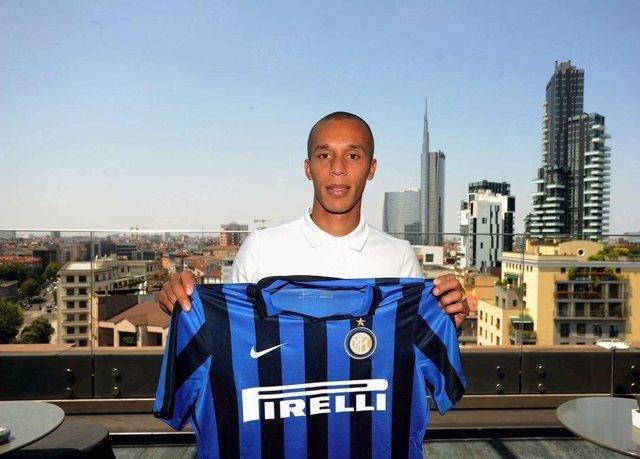 El Atleti hace oficial el traspaso de Miranda al Inter