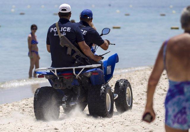 Policías en una playa de Túnez