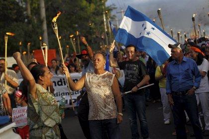 Miles de personas marchan con antorchas en Honduras pidiendo la renuncia del presidente