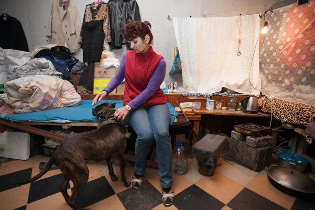 Mujer en un refugio en Ucrania