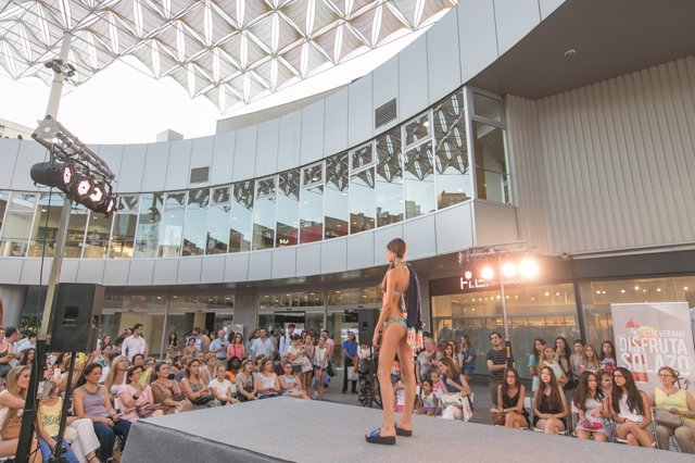 Desfile de moda de baño en Nervión Plaza