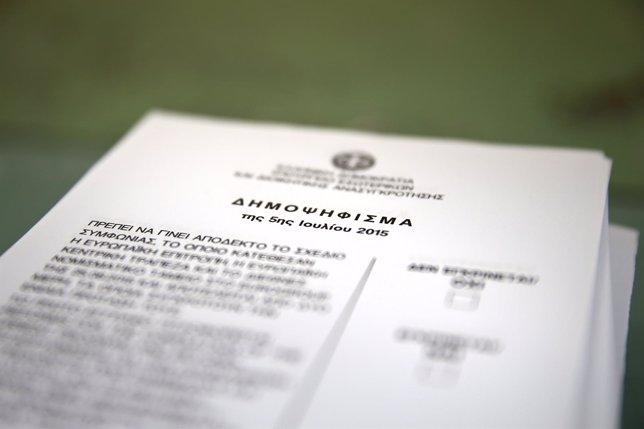 Papeleta para el referéndum de Grecia en un colegio de Atenas