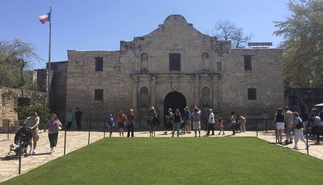 Visitantes en la entrada de El Álamo