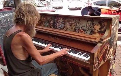 El 'sin techo' que se hizo viral tocando el piano