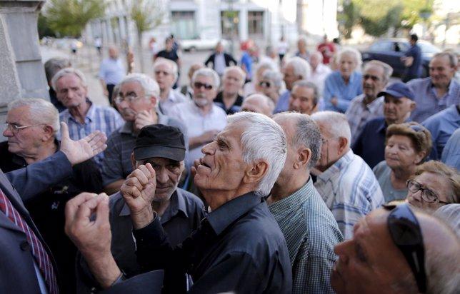 Pensionistas esperan para poder sacar dinero del banco en Grecia