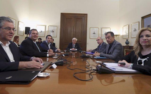 Acuerdo entre cinco partidos griegos para negociar con los acreedores