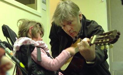 Vídeo: Bruce Dickinson (Iron Maiden) visita un centro de terapia musical