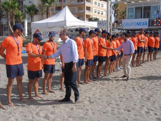 Rodríguez-Comendador saluda a los socorristas del plan de playas