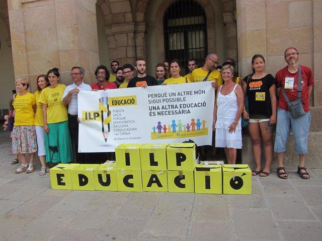 Los promotores de la ILP para un nuevo sistema educativo entregant 95.000 firmas