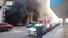 Los bomberos sofocan un incendio en un garaje de la calle San José