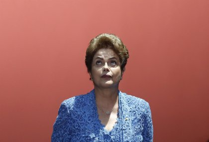 """Rousseff dice que no caerá y que la oposición es """"un poco golpista"""""""