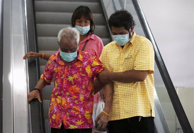 Gente con mascarillas en Corea del Sur