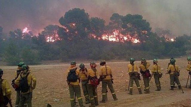 Especialistas del Infoca observan el avance de las llamas en Quesada