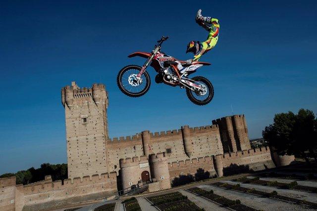 Dany Torres, piloto de motos salta sobre el Castillo de la Mota