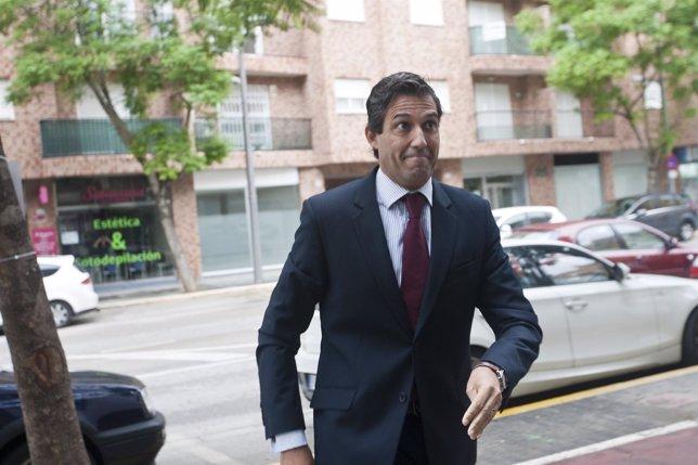El exalcalde de Paterna, Lorenzo Agustí, a su entrada a los juzgados
