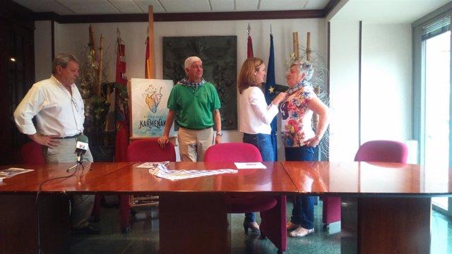 La alcaldesa de Barakaldo obsequia con un pañuelo de las Karmenak a los padrinos