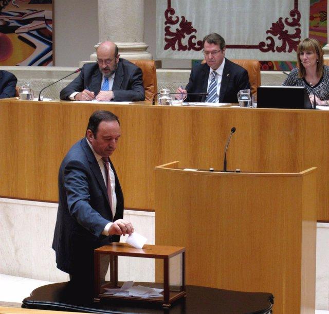 Sanz vota en la elección como senador autonómico