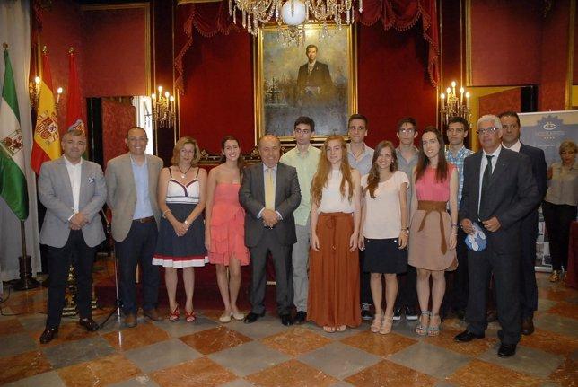 El alcalde, con los alumnos con mejores notas de Selectividad