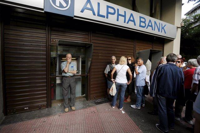 Los griegos hacen cola en el banco de Atenas